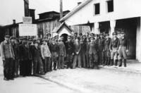Jüdische Polizei vor dem Eingang zum DP-Camp Ainring (Oberbayern). (Foto: Archiv Mark Zwischenberger)