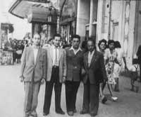 Marseille 1948: Jüdische DPs warten auf Ihre Überfahrt nach Australien (Alex 2. v. r.)