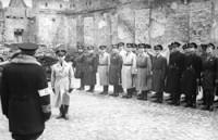 Jakub Lejkin, der später getötete zweite Polizeichef im Ghetto Warschau, beim Appell des jüdischen Ordnungsdienstes. (Foto: Bundesarchiv 101I-134-0792-27 / Knobloch, Ludwig - Wikipedia)