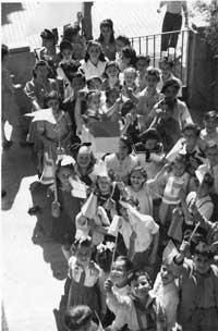 Jüdische DP-Schule in Stuttgart: Dasia und ihre Gruppe feiern die Proklamation des Staates Israels