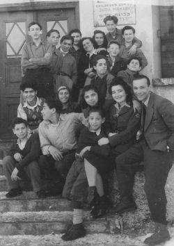 """Eine Tafel in englischer und hebräischer Sprache informiert über die neue Nutzung des Hotels """"Am Forst"""": """"Children's Center Juda Makabi"""" (Foto: Yad Tabenkin Archive)"""