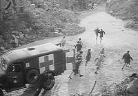 """In panischer Angst brechen die Kinder aus dem Krankenwagen aus und flüchten sich in die Trümmer. (Filmszene aus """"The Search"""", © Praesens-Film, Zürich)"""