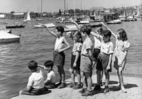 Nach den Aufnahmen in Nürnberg ging es ins Studio nach Zürich. In den Drehpausen wurde mit den Kindern Ausflüge gemacht. Das Foto zeigt Avri (3. v. l.) und seine Gruppe am Vierwaldstättersee bei Luzern. (Foto: Privat)